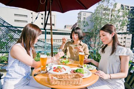 女子会の食事シーン FYI00603704