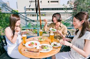 女子会の食事シーン FYI00603706