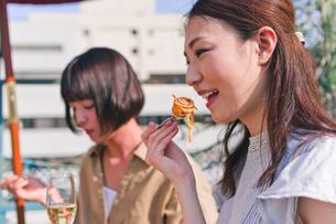 女子会の食事シーン FYI00603709