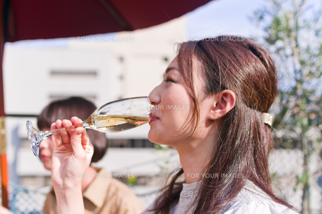 シャンパンを飲む女性 FYI00603710