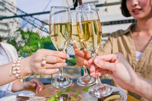 シャンパンで乾杯する女子会 FYI00603712