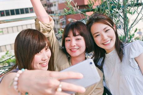 自撮りをする女性三人 FYI00603716