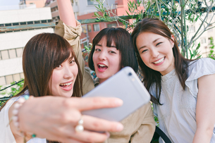 自撮りをする女性三人 FYI00603720