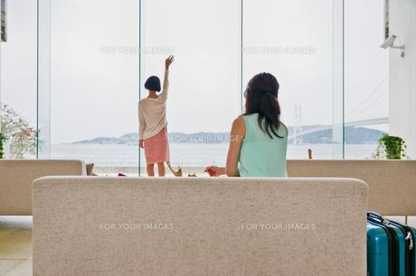 海に向かって手を振る女性 FYI00603724