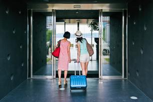 ホテルに入る女性二人の後ろ姿 FYI00603726