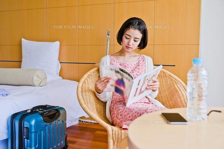 ホテルで本を読む女性 FYI00603734