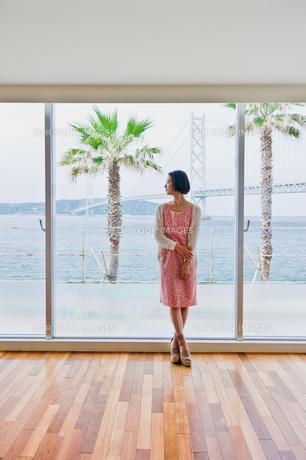 窓際に立つ女性 FYI00603735