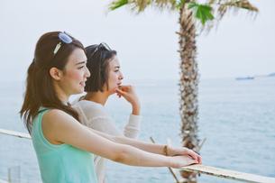 海を眺める女性の素材 [FYI00603736]