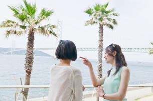 海を眺める女性 FYI00603737