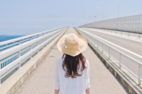 前を見据える女性の後ろ姿 FYI00603745
