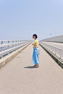 橋の上を歩く女性 FYI00603748