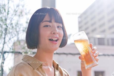 ビールを飲む女性 FYI00603771