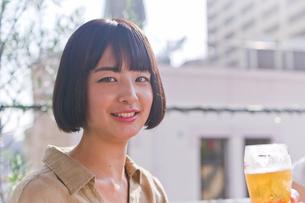 ビールを飲む女性 FYI00603773