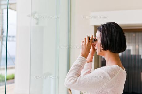 オペラグラスで遠くを見る女性 FYI00603774