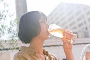 ビールを飲む女性 FYI00603775