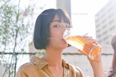 ビールを飲む女性 FYI00603777