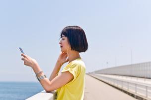 橋の上で音楽を聴く女性 FYI00603783