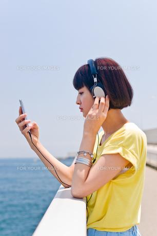 スマホで音楽を聴く女性 FYI00603791