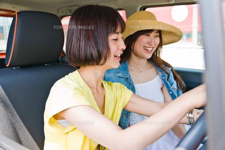 カーナビを設定する女性ドライバー FYI00603798