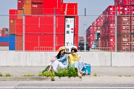 バス停でバスを待つ女性二人 FYI00603801
