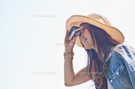 オペラグラスで遠くを見る女性 FYI00603806