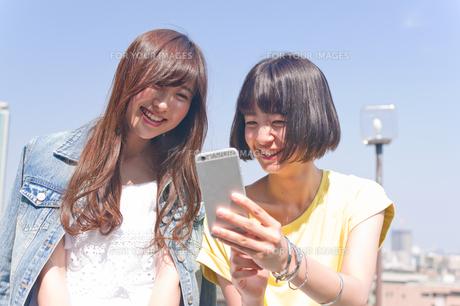 スマホを見る女性二人 FYI00603814