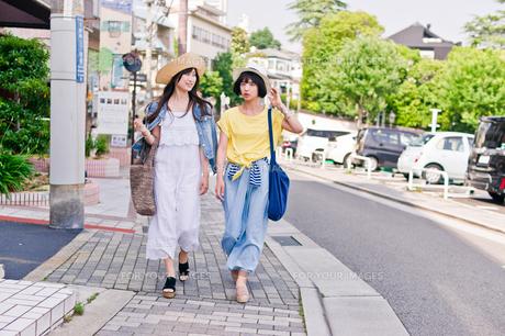 街を歩く女性二人 FYI00603817