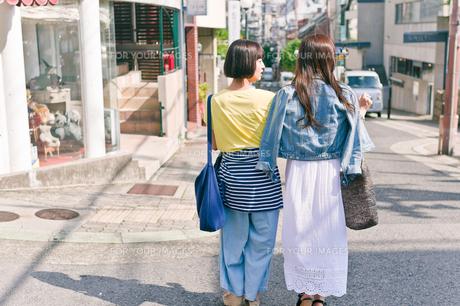 街を歩く女性二人の後ろ姿 FYI00603820