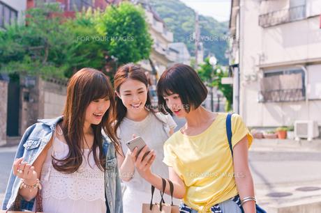 スマホでお店を探す女性三人 FYI00603824