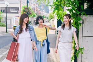 街を歩く女性三人 FYI00603829