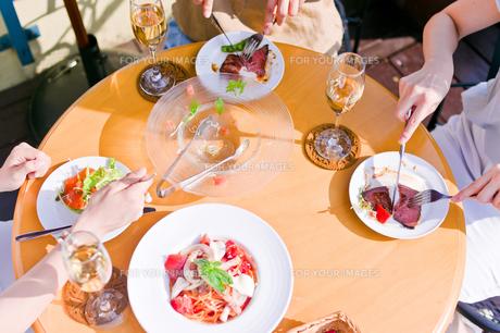 女子会の食事シーン FYI00603831