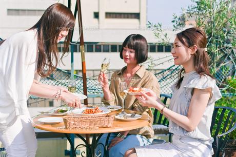 料理を取り分ける女性 FYI00603832