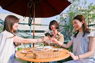 女子会でワインで乾杯する女性 FYI00603837