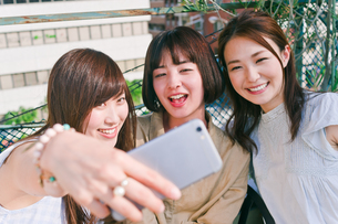 自撮りをする女性三人 FYI00603842