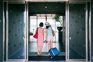 ホテルに入る女性二人の後ろ姿 FYI00603847