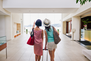 ホテルに入る女性二人の後ろ姿 FYI00603851
