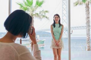 窓際で撮影する女性 FYI00603855