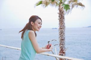 海を眺める女性 FYI00603858