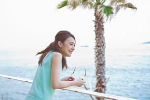 海を眺める女性 FYI00603859
