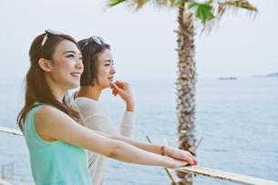 海を眺める女性 FYI00603860