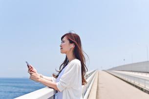 橋の上で音楽を聴く女性 FYI00603864