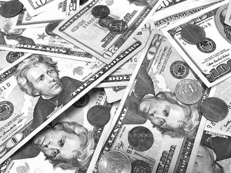 ドル札とコインのクローズアップ FYI00604200