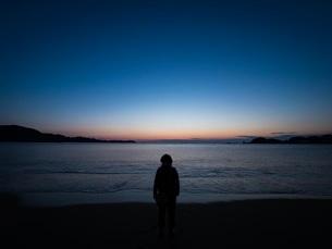 夜明け前の海辺 FYI00619827