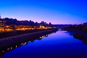 鴨川と納涼床の夜景 FYI00620641