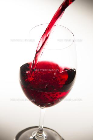 赤ワインをグラスに注ぐ FYI00621605