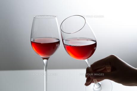赤ワインを持つ女性 FYI00626883