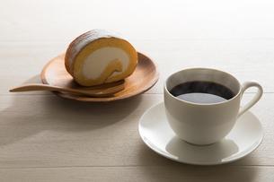 コーヒーとロールケーキ FYI00633038
