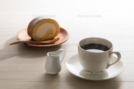 コーヒーとロールケーキ FYI00633042