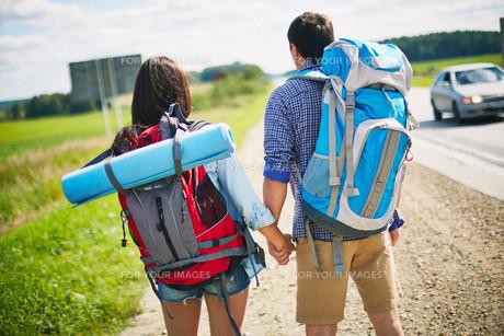 Couple with backpacks FYI00635281