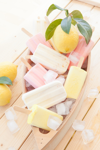 various colorful popsicles FYI00642395